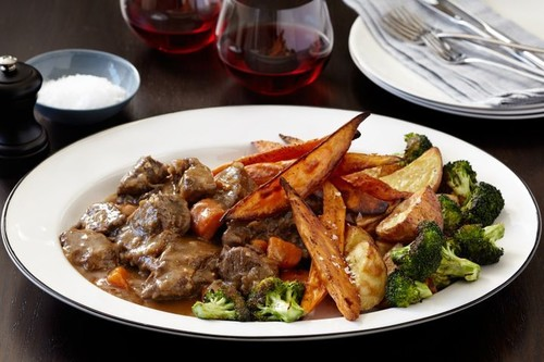 Braised beef with roasted potatoes and broccoli
